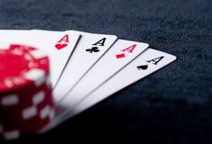Quatre as hauts sur la table noire avec des puces Photo libre de droits