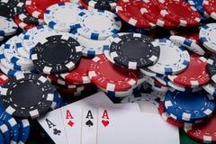 Quatre as sur la table, et beaucoup d'argent de jeu Photos libres de droits