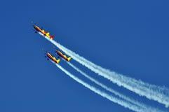 Quatre avions acrobatiques aériens volant pendant un salon de l'aéronautique Photographie stock