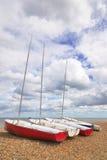 Quatre bateaux à voiles sur un Pebble Beach Photo libre de droits