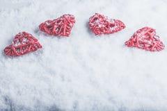 Quatre beaux coeurs romantiques de vintage sur un fond givré blanc de neige Amour et concept de jour de valentines de St Images stock