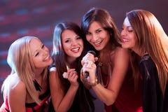 Quatre belles filles chantant le karaoke Photo libre de droits