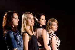 Quatre belles filles restant derri?re une un un autre Images libres de droits