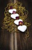 Quatre biscuits en forme de coeur avec des perles Photos libres de droits