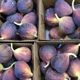 Quatre boîtes de figues fraîches photo stock