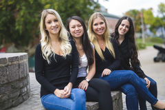 Quatre bons jeunes d'amie dans la ville Photographie stock libre de droits