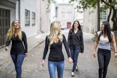 Quatre bons jeunes d'amie dans la ville Image libre de droits