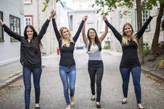 Quatre bons jeunes d'amie dans la ville Photographie stock