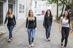 Quatre bons jeunes d'amie dans la ville Photo stock