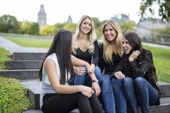 Quatre bons jeunes d'amie dans la ville Image stock