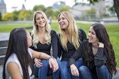 Quatre bons jeunes d'amie dans la ville Images libres de droits