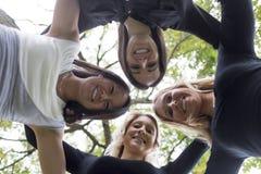 Quatre bons jeunes d'amie dans la ville Images stock