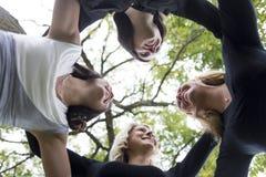 Quatre bons jeunes d'amie dans la ville Photo libre de droits