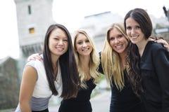 Quatre bons jeunes d'amie dans la ville Photos libres de droits