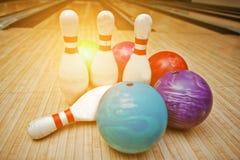 Quatre bornes avec cinq boules de bowling Images libres de droits