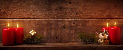 Quatre bougies brûlant sur le bois rustique Photos libres de droits