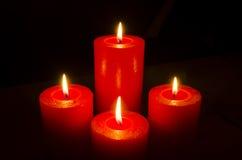 Quatre bougies brûlantes rouges pour l'avènement Photo stock