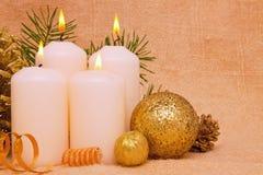 Quatre bougies d'arrivée. Photo stock
