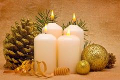 Quatre bougies d'arrivée. Photographie stock