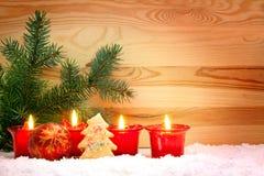 Quatre bougies rouges d'avènement Image stock