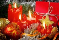 Quatre bougies rouges d'avènement Images stock