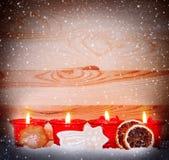 Quatre bougies rouges d'avènement Photographie stock