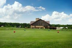 Quatre boules de couleur sur le terrain de golf, plate-forme de lancement photographie stock libre de droits