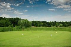 Quatre boules de couleur sur le terrain de golf, plate-forme de lancement photographie stock