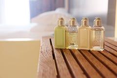 Quatre bouteilles cosmétiques dans une salle de toilette image libre de droits