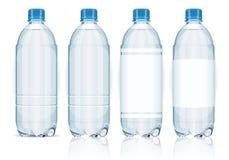 Quatre bouteilles en plastique avec des étiquettes. Photos libres de droits