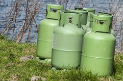 Quatre bouteilles vertes de stockage de propane images libres de droits