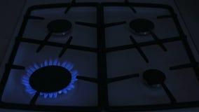 Quatre brûleurs à gaz brûlent la flamme bleue sur une cuisinière à gaz banque de vidéos