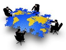 Quatre businessmans bilding des affaires de globe photos stock