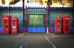 Quatre cabines de téléphone anglaises rouges Image stock