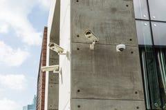 Quatre caméras de sécurité collent sur le mur en béton chez Dubaï images libres de droits