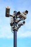 Quatre caméras de sécurité sur le ciel bleu Photographie stock