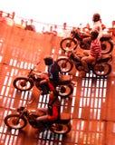 Quatre cavaliers de motocyclette sur un mur de la mort dans l'Inde Photographie stock