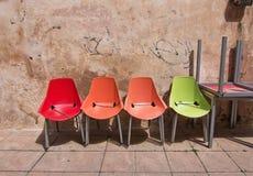 Quatre chaises en plastique colorées Images stock