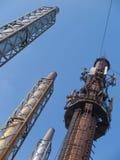 Quatre cheminées en acier sur un fond de ciel bleu Image stock