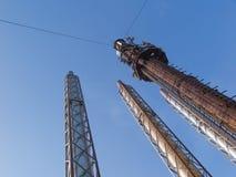 Quatre cheminées en acier sur un fond de ciel bleu Photo libre de droits