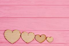 Quatre coeurs de contreplaqué sur le fond coloré Photo libre de droits