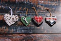 Quatre coeurs différents sur le fond minable Images libres de droits