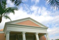 Quatre colonnes contre le ciel nuageux Photo stock