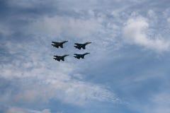 Quatre combattants de combat d'avions combattants grands un SU-34 militaires puissants forts volant dans le ciel photos libres de droits