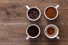 Quatre cuvettes de café Quatre phases de boisson de café Images libres de droits
