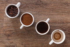 Quatre cuvettes de café Quatre phases de boisson de café Photographie stock