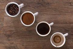 Quatre cuvettes de café Quatre phases de boisson de café Photo libre de droits