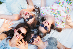 Quatre dames attirantes soufflant des bulles de savon Photos libres de droits