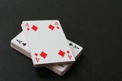 Quatre des tuiles et de l'as de trèfle sur le dessus du paquet de cartes jouant Photographie stock