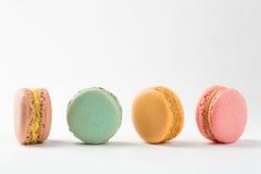 Quatre desserts de bonbon à macarons D'isolement sur le fond blanc image libre de droits